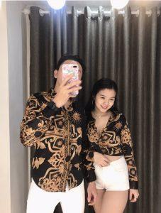Phối đồ xinh lạ lùng với áo sơ mi và áo thun cặp đôi